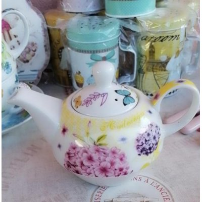 Théière avec tasse et soucoupe en porcelaine de style provençal avec décorations florales